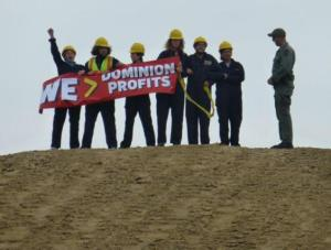 Cove-Point-protesters-holding-banner-By-Kevin-W.-Thomas